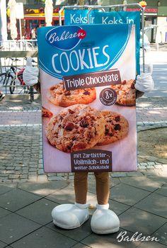 Free Hugs von unserem süßen Bahlsen Walking Act! // Free hugs from our cute Bahlsen Cookie Walking Act! #LifeIsSweet #Bahlsen #SweetOnStreets #WalkingAct #Cologne #Cookies