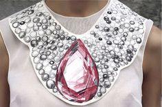 Sabe quando você vê uma coisa tão sua cara que parece até estranho que outra pessoa tenha inventado? Ou nem isso, parece que a pessoa inventou pra VOCÊ? Pois essa foi a sensação que tive quando vi as criações da Vika Gazinskaya. A estilista russa fez toda uma coleção baseada em jóias desenhadas: Ju procura …