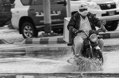 Foto Der Woche – Motorrad in Ras al Khaimah VAE durch die überfluteten Straßen #UAE #VAE #RasalKhaimah