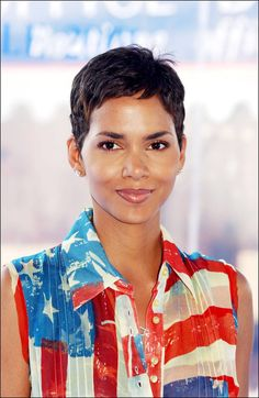 American film festival photocall of Swordfish Halle Berry in Deauville France on August 30 2001 Halle Berry Pixie, Halle Berry Style, Halle Berry Hot, Twist Hairstyles, African Hairstyles, Pixie Hairstyles, Halle Berry Hairstyles, Halle Berry Haircut, Pixie Styles