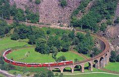 Trem do Rhätische Bahn (Bernina-Express) passando por mais de 195 Pontes entre  Coira, Davos o St. Moritz a través de los imponentes Alpes suizos hasta Tirano (Italia)
