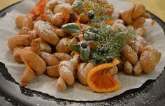 acciuleddi,Dolce tipico del carnevale gli acciuleddi sono delle treccine croccanti bagnate di miele e zucchero
