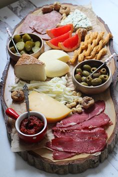 how to prepare a cheese plate with delicatessen Food Platters, Cheese Platters, Wine Recipes, Gourmet Recipes, Healthy Recipes, Brunch Mesa, Mezze, Antipasto, Charcuterie Board