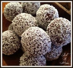 Cranberry Date Cashew Bliss Balls Increase cashews to 1 C and cocoa to C. Mixture should 'ball up' in the food processor. Add extra dried fruit to help. Coconut oil not necessary. Healthy Treats, Healthy Baking, Healthy Food, Healthy Dishes, Date Balls, Bliss Balls, Protein Ball, Balls Recipe, Recipe Recipe