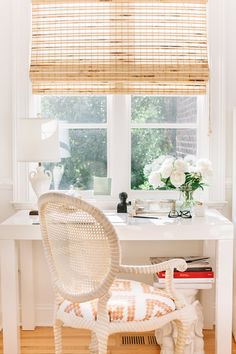 Tour the Southern Home of One of the Hottest Interior Design Duos Helles weißes Büro in einem Haus i Southern Style Homes, Southern Living, Southern Style Decor, Office Interior Design, Home Office Decor, Home Decor, Style Me Pretty Living, My New Room, Interiores Design
