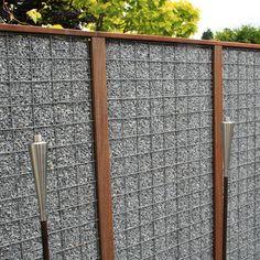 Gabion átlátásgátló kerítés - előre szerelt keskeny gabion átlátásgátló kerítés masszív és egyedi front kerítés megoldás.