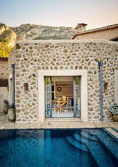 In einem Ferienhaus im Nordwesten Mallorcas treffen lokales Handwerk, modernes Design und Lebenslust aufeinander. So entstand ein Ort, der mit seinen Bewohnern wächst.