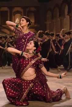 We saw our very own Desi girl and Mastani sway to the beats of the song Pinga. We enjoyed the face off between the two supremely talented actresses but what we loved even more is the way they embraced the ethnic side of their characters with traditional outfits.