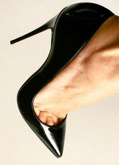 Black patent pointed toe stiletto heels. Tacchi Close-Up #Shoes #Heels #Tacones
