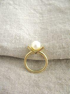 Gold ring, white pearl, modern, simple, elegant yuvel.pl/ Złoty pierścionek, biała perła, nowoczesny, prosty, elegancki yuvel.pl