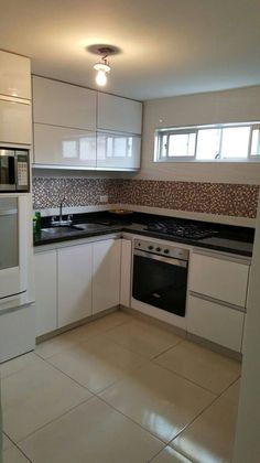 Browse photos of Small kitchen designs. Discover inspiration for your Small kitchen remodel or upgrade with ideas for organization, layout and decor. Kitchen Room Design, Kitchen Sets, Kitchen Layout, Interior Design Kitchen, Kitchen Decor, Kitchen White, Kitchen Small, Kitchen Stove, Kitchen Modular