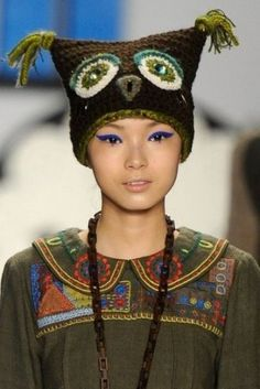Cappello gufo all'uncinetto, di Anna Sui