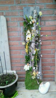Most up-to-date Images easter garden decoration Suggestions Whom says you need to get in foreign countries for you to take pleasure in the summer months? Easter Garden, Spring Garden, Garden Deco, Garden Art, Diy Yard Decor, Diy Ostern, Branch Decor, Deco Floral, Garden Crafts