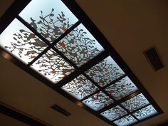 Diseño en vinilo de corte para luminaria de techo en restaurante.
