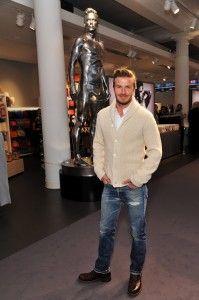 ホワイトニットと細めのデニムスタイル David Beckham