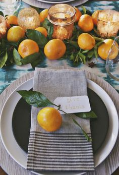 Oranges as table ornaments for a beautiful Thanksgiving tablescape Hosting Thanksgiving can be stressful. The least we can do is to help set your table. These 7 gorgeous Thanksgiving tablescapes are easy to re-create Hosting Thanksgiving, Thanksgiving Table Settings, Thanksgiving Tablescapes, Holiday Tables, Thanksgiving Decorations, Thanksgiving Fruit, Thanksgiving Recipes, Wedding Table Settings, Place Settings