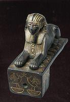 Sphinx de Thoutmosis III bronze incrusté d'or H. : 7,80 cm. ; L. : 3,85 cm. ; l. : 8,85 cm.  Peut-être un verrou. Département des Antiquités égyptiennes E 10897Afficher l'image d'origine