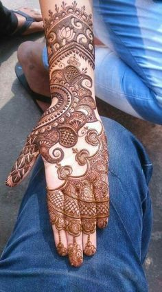 Here are the latest and trendy mehendi designs like cuff designs and white henna which are rocking the Indian weddings. Latest Bridal Mehndi Designs, Full Hand Mehndi Designs, Henna Art Designs, Mehndi Designs For Girls, Modern Mehndi Designs, Dulhan Mehndi Designs, Mehndi Design Pictures, Wedding Mehndi Designs, Mehendi