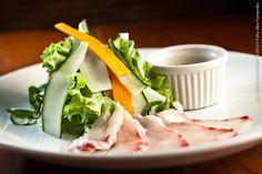 Nakombi - Vl. Olímpia    Salada de folhas com legumes crocantes e  fatias de peixe branco