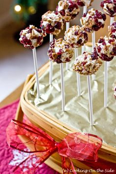Cheese ball pops, because cake pops are too healthy! Finger Food Appetizers, Appetizers For Party, Finger Foods, Appetizer Recipes, Cake Pops, Fromage Cheese, Christmas Appetizers, Christmas Cheese, Cheese Ball