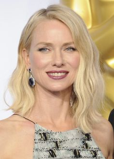 Long bobin helpoin stailausvinkki? Löysät laineet, sivujakaus ja toinen puoli hiuksista korvan taakse. Näyttelijä Naomi Watts näyttää mallia.