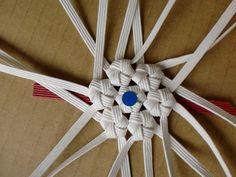 包装用の紙バンド(かみひも)を使い様々な造形物を製作しています。