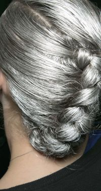 Silver/grey hair is so beautiful! Long Gray Hair, Silver Grey Hair, Silver Color, Pelo Color Plata, Silver Haired Beauties, Curly Hair Styles, Natural Hair Styles, Tips Belleza, Great Hair