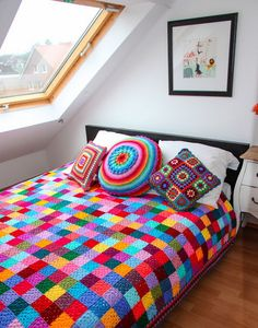 According to Matt…: Granny Square Blanket….The Sequel! Wow makes the stark white room feel exciting and inviting.A great pattern for the crochet beginner as each suare is only one colour, lovely blanket, bright and trendy!Caracol handmade: The g Point Granny Au Crochet, Granny Square Crochet Pattern, Crochet Squares, Crochet Home, Love Crochet, Crochet Crafts, Knit Crochet, Simple Crochet, Crochet Baby