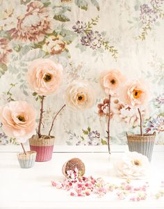 Oversized paper flowers / Mokkasin