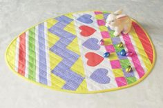 Get hopping and cheer up your table this Easter with this sweet Easter Egg table runner. My cheery table runner pattern is ready just in tim. Patchwork Table Runner, Table Runner Pattern, Quilted Table Runners, Quilting Projects, Quilting Designs, Sewing Projects, Sewing Ideas, Easter Table, Easter Eggs