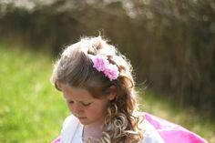 Zo ziet het ivoren bruidshaarspeldje met pom pom eruit op een hippe en mooie bruidsmeisje. http://www.hipenhaar.nl/
