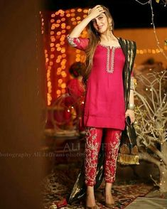 Fitting embelished trouser/capri with short and fitting shirt Pakistani Dresses Party, Simple Pakistani Dresses, Pakistani Fashion Party Wear, Desi Wedding Dresses, Shadi Dresses, Pakistani Wedding Outfits, Pakistani Dress Design, Indian Dresses, Indian Outfits
