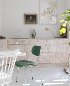Whitewashed kitchen, with green accents | House of Pictures