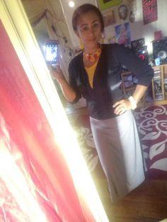 Maxi saia cinza, regata amarela, cardigan preto,  colar feltro artesanal amarelo c vermelho e laranja , acessórios femininos amarelos