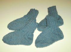 Handgestrickte Babysocken für Zwillinge von Strickwelten auf DaWanda.com
