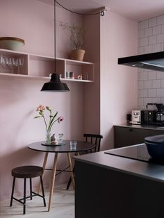 Romantic Pink Kitchen Color Scheme You Have To Know kitchen with pink walls and black benchtops. Pink Kitchen Walls, Pink Kitchen Decor, Kitchen Colors, Pink Walls, Pink Kitchen Cupboards, Kitchen Lamps, Kitchen Decorations, Decorating Kitchen, Kitchen Paint