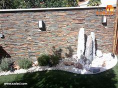 #decoracion LAS MEJORES CASAS DE MÉXICO. Las paredes del jardín también las puede revestir con piedras naturales, para de esta forma generar un ambiente más natural, sofisticado y elegante. Se pueden encontrar diferentes tipos de piedras, diseños y colores, para escoger la que más nos agrade y vaya con el entorno. En Grupo Sadasi, nuestros desarrollos cuentan con infraestructura y equipamiento educativo, comercial y recreativo. ¡Le invitamos a conocerlos!  www.sadasi.com