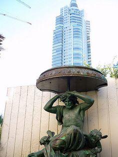 Fuente Art Nouveau en Puerto Madero   Esta es una de las tres fuentes en el Munich, edificación Art Nouveau de comienzos del siglo XX, que se encuentra en la Costanera Sur de la Ciudad de Buenos Aires, al borde de Puerto Madero. Es una muestra de Modernismo arquitectónico.