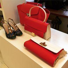Jak torebka to obowiązkowo w soczystej, zdecydowanej czerwieni. Od kopertówek po większe kuferki
