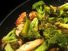 Chicken & Broccoli sautéed with sesame! Preparation time: 30 minutes Cooking time: 20 minutes Difficulty: Easy Ingredients person): 1 bouquet of broccoli 2 chicken fillets 1 ts sesame seeds . Super Dieta, Crockpot Chicken Healthy, Chicken Recipes, Sports Food, Chicken Broccoli, Light Recipes, Healthy Dinner Recipes, Love Food, Food And Drink