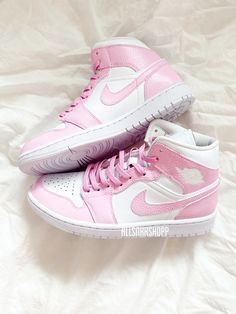 Dr Shoes, All Nike Shoes, Nike Shoes Air Force, White Nike Shoes, Hype Shoes, Jordan Shoes Girls, Air Jordan Shoes, Girls Shoes, Jordan Sneakers