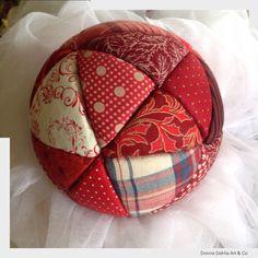 Bola de Natal em Patchwork. Quilted Christmas Ornaments, Fabric Ornaments, Christmas Ribbon, Christmas Sewing, Christmas Deco, Felt Ornaments, Christmas Tree Ornaments, Christmas Crafts, Fabric Balls
