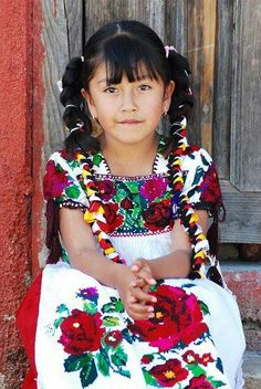 Niña con traje típico purepecha, Michoacán, México.                                                                                                                                                      Más