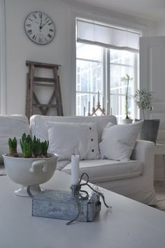 Light walls, fabric and accessories with a touch of wood and metal. White Cottage, Cottage Chic, Swedish Decor, White Interior Design, White Rooms, Home And Deco, Vintage Shabby Chic, White Decor, Cool Ideas