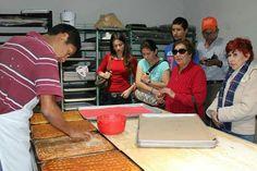 Viendo como se hace el pan de plátano en Hualahuises