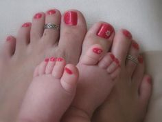 OMG @Nycole Perysian Clark....you so have to take a pic like this with your baby...you are a taker of feet pics!  :)