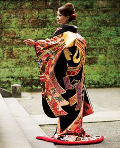 This beautiful UCHUKAKE is… Japanese Wedding Kimono, Japanese Kimono, Geisha, Edo Era, Japanese Costume, Japanese Outfits, Japanese Fabric, Rising Sun, Yukata