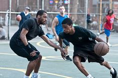Jongeren spelen straat basketball.