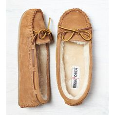 Minnetonka Cally Slipper (£23) ❤ liked on Polyvore featuring shoes, slippers, zapatos and brown
