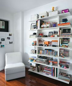Apartamento pequeno decorado com peças de coleções - Casa White Bookshelves, Creative Bookshelves, Bookcase Shelves, Home Office, Villa, Appartement Duplex, My Ideal Home, Home Studio, Dorm Decorations
